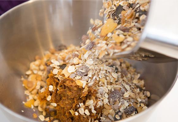 ねばりを出したデーツにナッツ類とグラノーラをよく混ぜ合わせます。