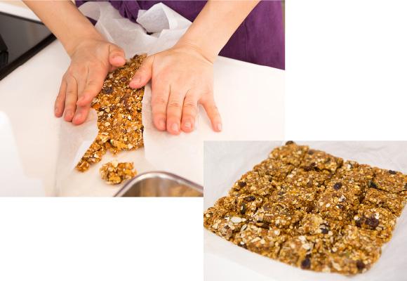 混ぜた材料をオーブンシートの上で平らにのばし、180度に熱したオーブンで10分加熱。