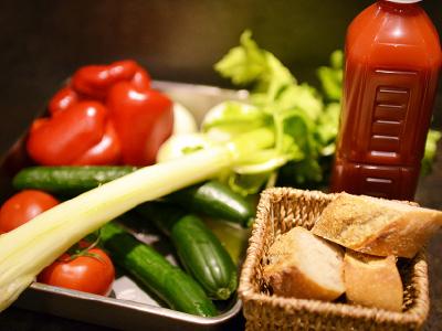 トマトジュースと野菜をふんだんに使った冷たいガスパチョ