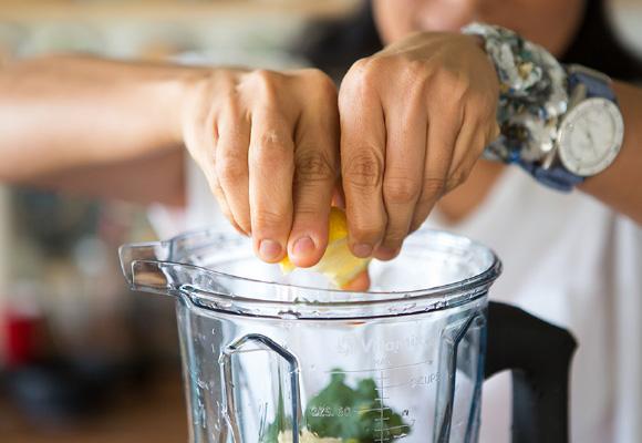 朝食に欠かさない、果物と野菜の水分をいかした濃厚なスムージーには、必ずレモンを絞ります。