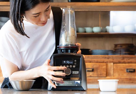 レストランでの調理のほか、自宅でもバイタミックスを使っているという谷尻さん。