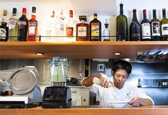 「La CHIARA」(ラ キアーラ)は、人と車が行き交う表参道交差点から徒歩0分という場所にありながら、開放的な雰囲気に包まれるイタリアンレストランです。