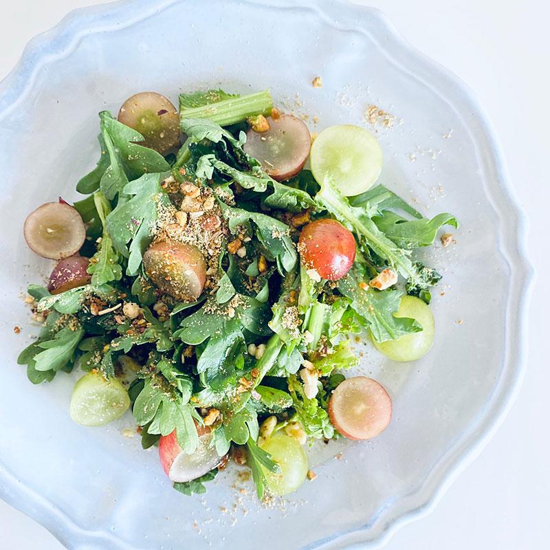 スパイスナッツソルトと葡萄と春菊のサラダ